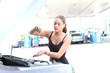 junge Frau kontrolliert Ölstand beim Auto