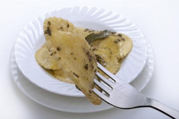 ravioli burro e salvia con forchetta