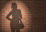 Schattenbild von junger Frau