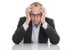 Geschäftsmann frustriert isoliert am Schreibtisch - Stress
