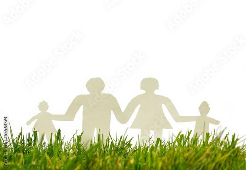 Familie aus Papier blickt in die Zukunft