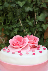 Torta decorata con rose di zucchero