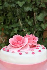 Torta decorata con rose di zucchero