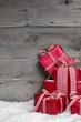 Weihnachtsgeschenke als weihnachtlicher Hintergrund mit Rot