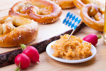 Oktoberfest -  Brotzeit mit Brezeln und Obatzter