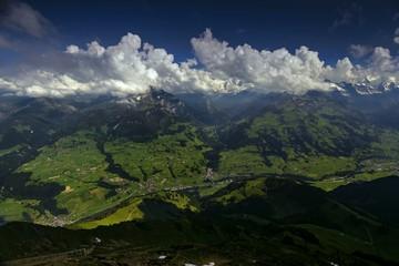 Zeitraffer-Aufnahme von Quellwolken über den Alpen