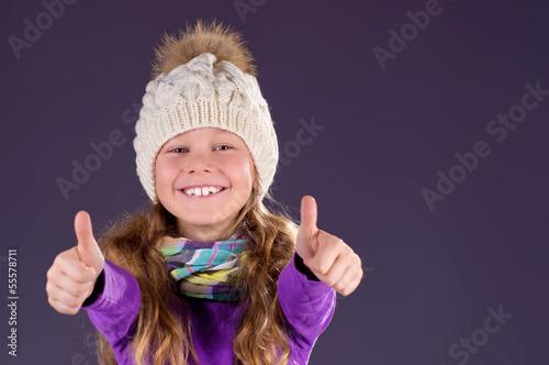 Mädchen mit Wintermütze ist Happy