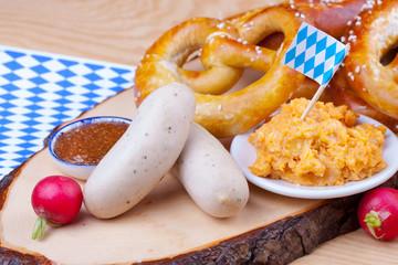 Bayerische Mahlzeit mit Weißwurst und Brezeln