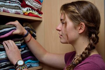 Junge Frau sucht passende Kleidung