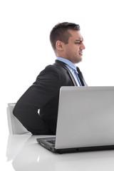 Ergonomie - Mann sitzend am Schreibtisch mit Rücken Schmerzen