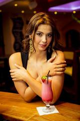 Attraktive brünette Frau mit einem Erdbeershake