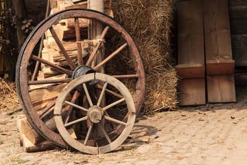 alte Wagenräder aus Holz auf einem Bauernhof