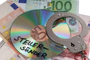 Euroscheine mit Handschellen und CD