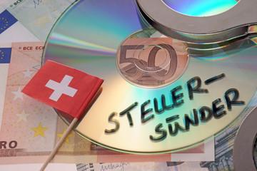 Euroscheine mit Schweizer Flagge und CD