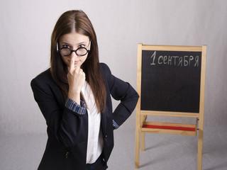 Портрет учителя поправляющего очки на носу