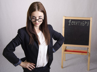 Уверенная в себе школьная учительница. портрет