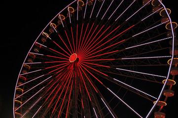Ein Riesenrad bei Nacht