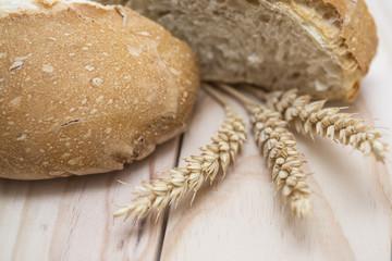 Pan de trigo en la mesa.