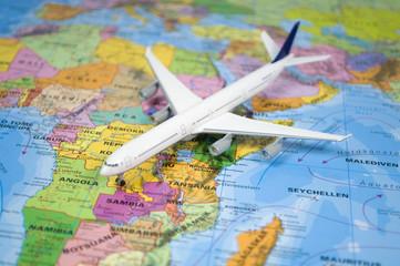 Flugzeug auf Landkarte