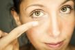 Frau setzt Kontaktlinse ins Auge ein