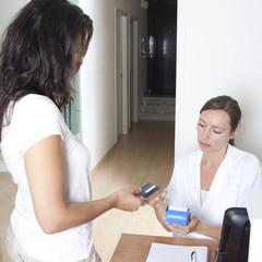 Patient zahlt für die medizinische Behandlung mit Kreditkarte