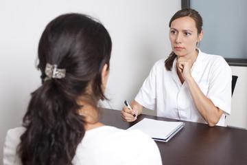 Arzt im Gespräch mit Patienten