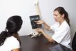 Arzt erklärt die Röntgenaufnahme des Patienten