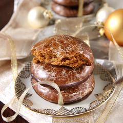 runde braune lebkuchen in weihnachtsdeko