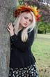 Frau im Herbst am Baum