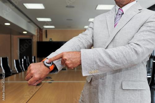 Uomo d'affari che indica l'orario