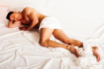 ragazzo nudo sul letto