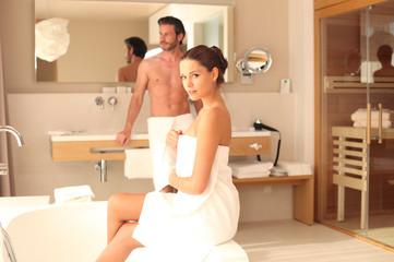 junges Paar im Badezimmer