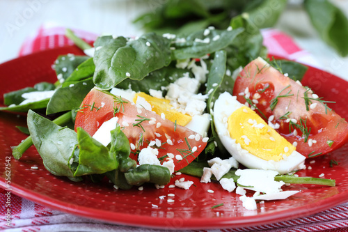 salad with spinach and goat cheese