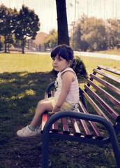 bimba seduta sulla panchina