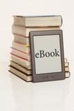 eBook vor Bücherstapel 2