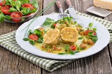 Südtiroler Kasknödel mit Salat