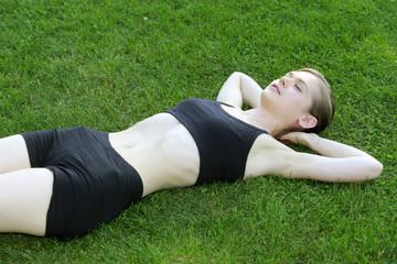 Jeune femme se relaxant après le sport