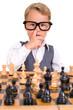 Kleiner Junge popelt beim Schach