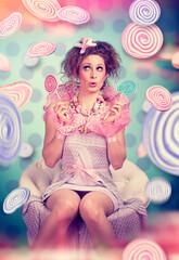 Mädchen im Süßigkeitenregen / candy 10