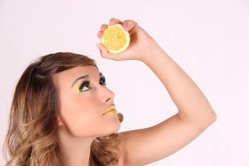 Mujer joven con un limón