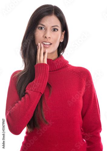 Erstaunte schöne Frau in Rot mit langen schwarzen Haaren