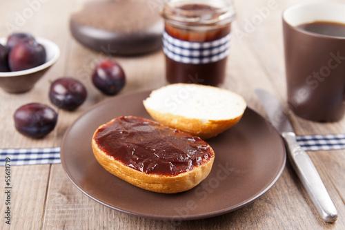 Frühstück - Brötchen mit Pflaumenmus