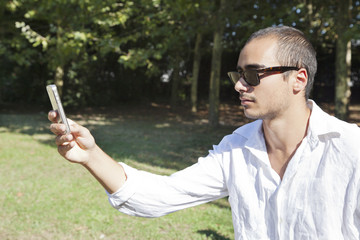 Ragazzo fa foto con smartphone