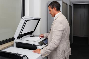 Uomo d'affari che fa una fotocopia