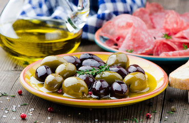 Salami, Brot, Oliven und Oliven Öl