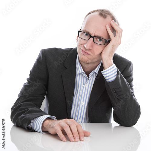 Frustrierter Business Mann isoliert im Anzug gestresst
