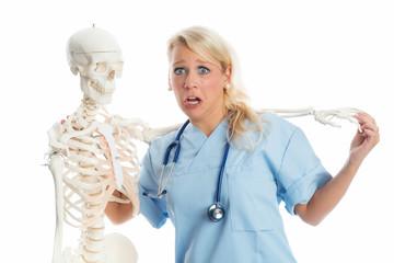 Ärztin und Skelett