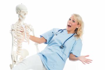 Ärztin mit Skelett
