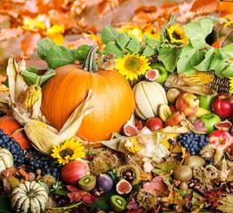 Herbst: Stillleben mit Früchten und Sonnenblumen