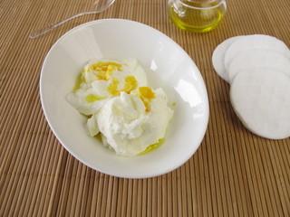 Reichhaltige Gesichtsmaske mit Quark, Joghurt, Olivenöl, Eigelb